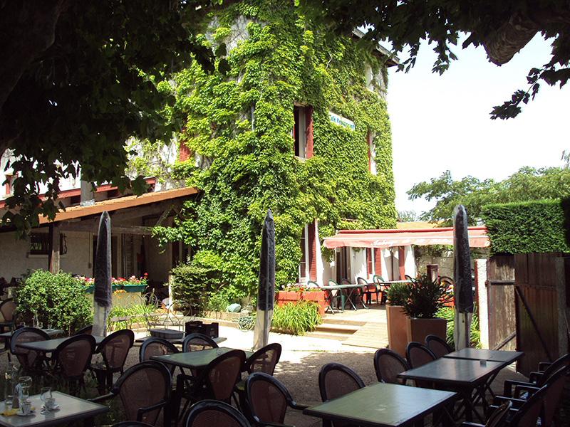 Auberge de Saint-Didier - terrasse et façade